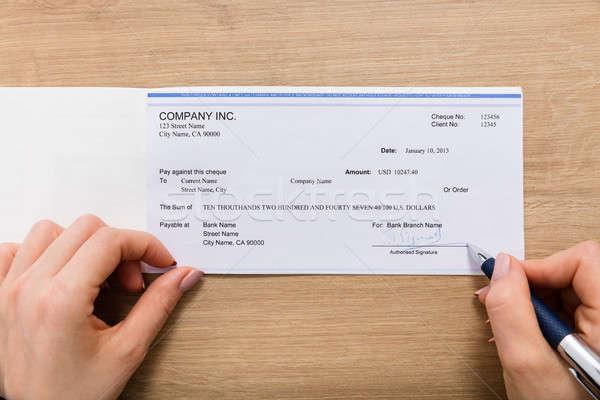 Persoon hand ondertekening cheque houten Stockfoto © AndreyPopov