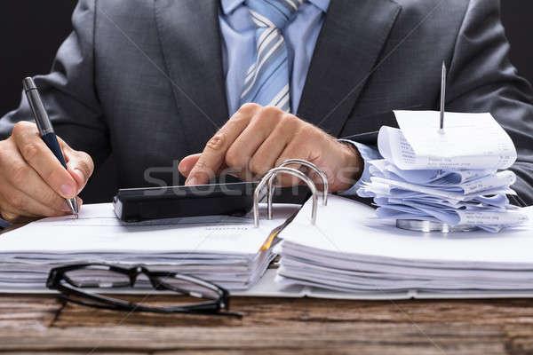 Zakenman factuur Bill stand documenten tabel Stockfoto © AndreyPopov