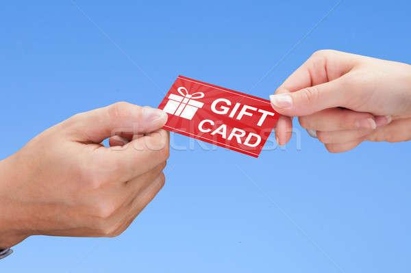 Dos manos tarjeta de regalo primer plano mano Foto stock © AndreyPopov