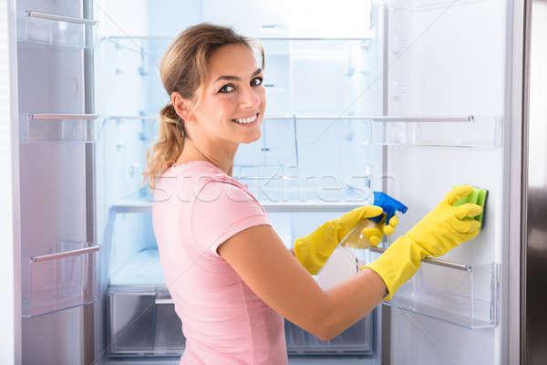 Nő visel kesztyű takarítás hűtőszekrény fiatal nő Stock fotó © AndreyPopov