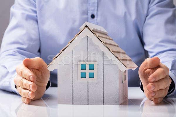 Menselijke hand huis model witte bureau Stockfoto © AndreyPopov
