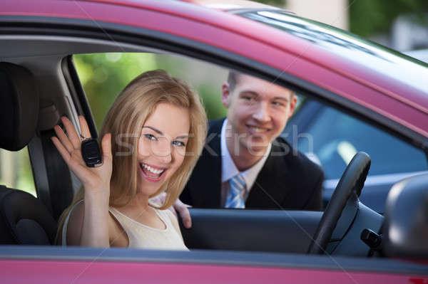 Vrouw tonen sleutel auto verkoper portret Stockfoto © AndreyPopov