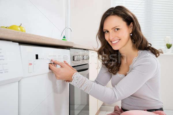 Stockfoto: Vrouw · opening · vaatwasmachine · gelukkig · keuken · kamer