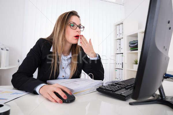 Stockfoto: Geschokt · zakenvrouw · naar · computer · jonge · bureau