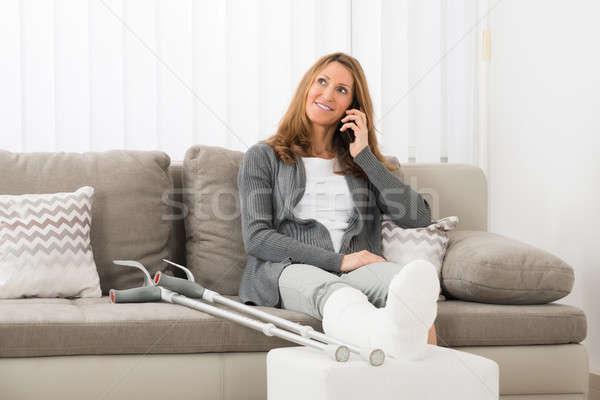 Vrouw been praten mobiele telefoon rijpe vrouw home Stockfoto © AndreyPopov