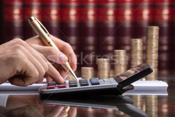 Primer plano persona factura monedas dinero Foto stock © AndreyPopov