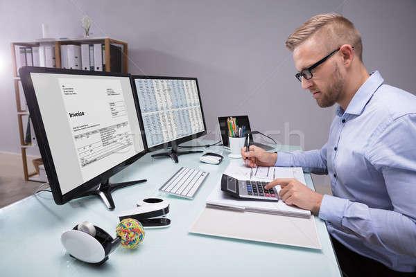 Widok z boku biznesmen rachunek młodych Kalkulator pracy Zdjęcia stock © AndreyPopov