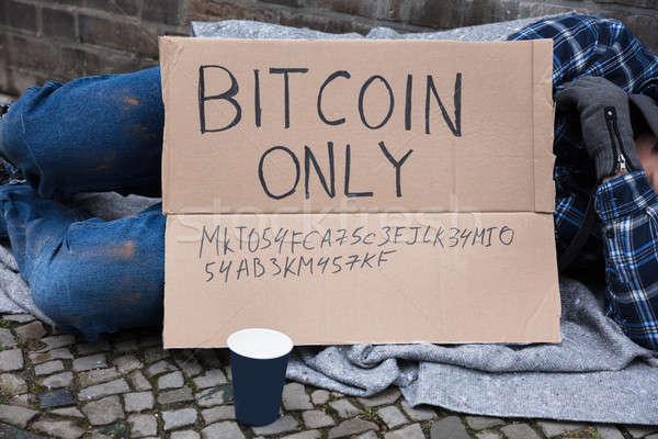 Mendiant dormir rue bitcoin texte carton Photo stock © AndreyPopov