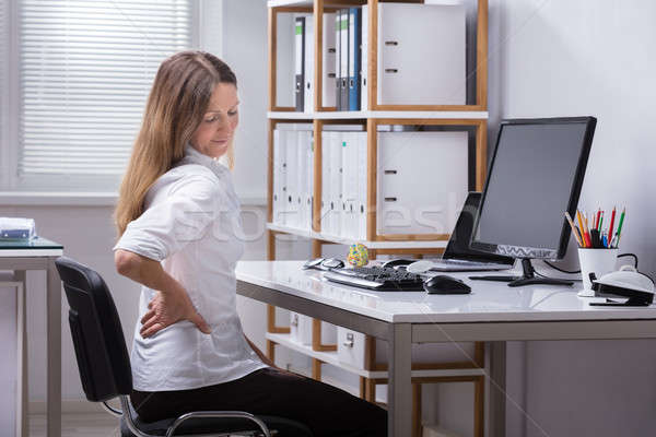 Foto stock: Vista · lateral · mujer · de · negocios · sufrimiento · dolor · de · espalda · maduro · sesión