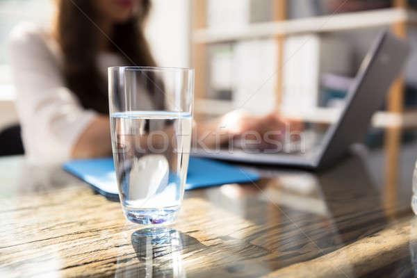 üveg víz asztal üzletasszony laptopot használ üzlet Stock fotó © AndreyPopov