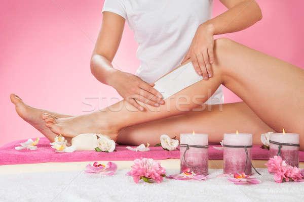 Terapeuta depilação com cera clientes em estância termal feminino Foto stock © AndreyPopov