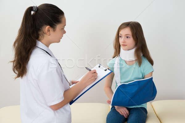 Orvos vágólap sebesült beteg női ír Stock fotó © AndreyPopov