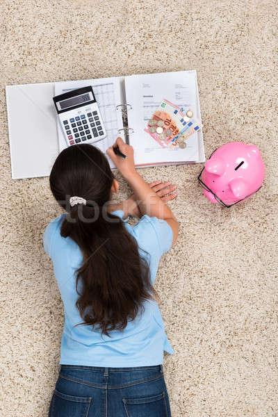 Vrouw berekening home jonge vrouw tapijt geld Stockfoto © AndreyPopov