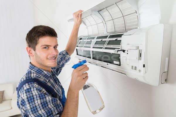 Homme technicien nettoyage climatiseur jeunes maison Photo stock © AndreyPopov