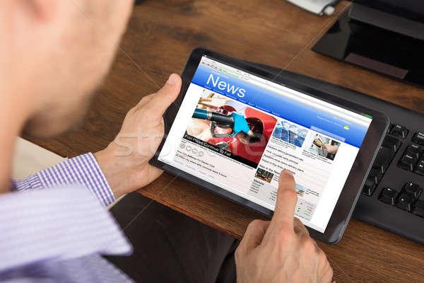 Stockfoto: Zakenman · lezing · nieuws · digitale · tablet