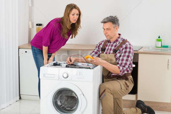 Técnico máquina de lavar roupa mulher olhando masculino cozinha Foto stock © AndreyPopov