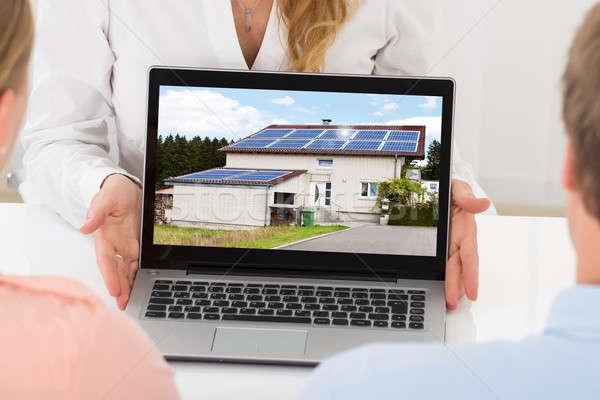 Сток-фото: агент · по · продаже · недвижимости · дома · пару · ноутбука