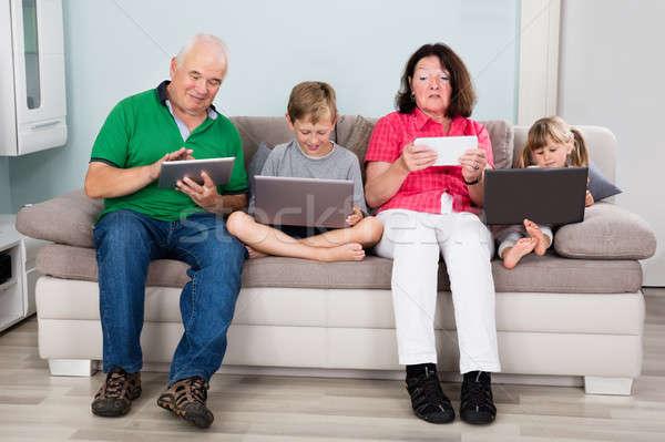 Stock fotó: Család · laptopok · digitális · gyerekek · ül · kanapé