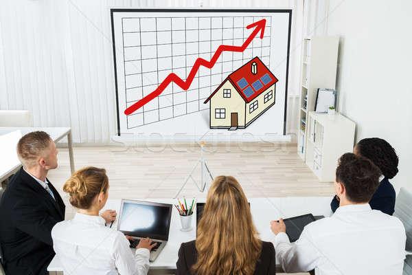 üzletemberek néz projektor képernyő üzletemberek csapat Stock fotó © AndreyPopov