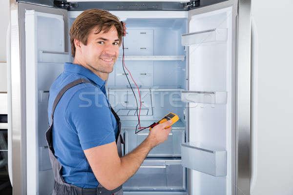 Mężczyzna technik lodówce kuchnia kabel Zdjęcia stock © AndreyPopov