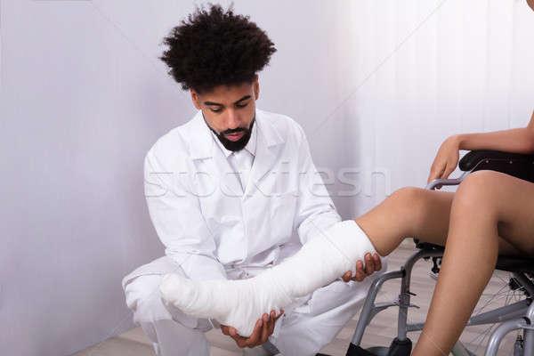 Orvos tart mozgássérült láb közelkép orvosok Stock fotó © AndreyPopov