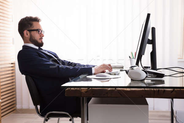 Mauvais travail ordinateur homme séance bureau Photo stock © AndreyPopov