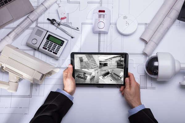 Személy néz filmfelvétel digitális tabletta biztonság Stock fotó © AndreyPopov