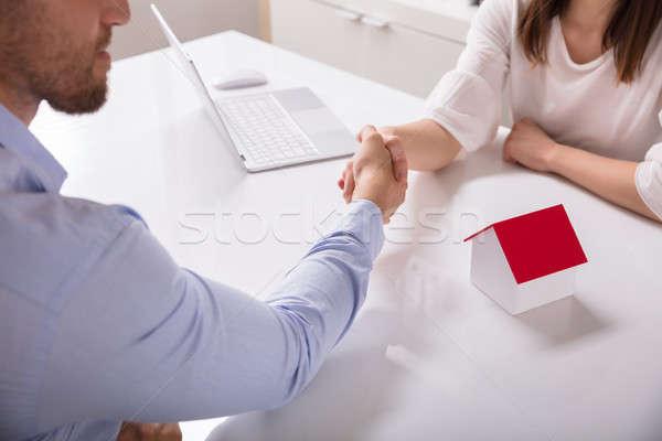 Agente immobiliare client casa modello desk Foto d'archivio © AndreyPopov