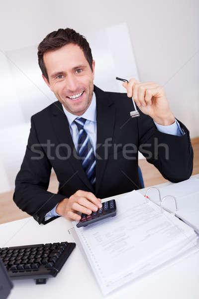 Portret szczęśliwy biznesmen księgowy pracy biuro Zdjęcia stock © AndreyPopov