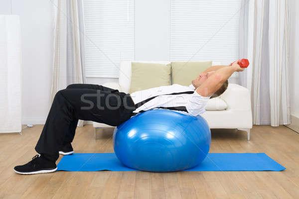 Foto stock: Hombre · pesos · pilates · pelota