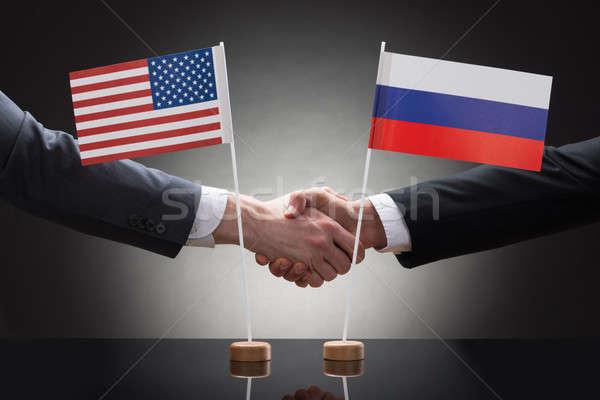 Foto d'archivio: Stringe · la · mano · Russia · bandiere · primo · piano · due