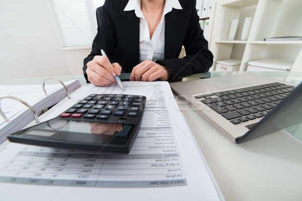 Kobieta interesu rachunek Kalkulator działalności papieru Zdjęcia stock © AndreyPopov