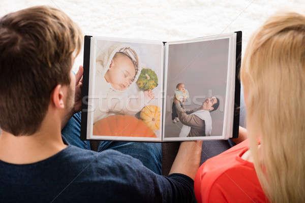 Fiatal pér néz fényképalbum magasról fotózva kilátás baba Stock fotó © AndreyPopov