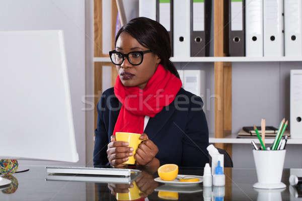 женщину рабочих компьютер Кубок чай молодые Сток-фото © AndreyPopov