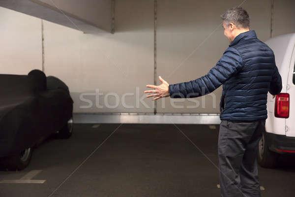 Conmocionado hombre pie estacionamiento coche Foto stock © AndreyPopov
