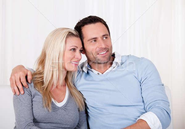 Afectuos cuplu relaxare canapea braţ in jurul Imagine de stoc © AndreyPopov
