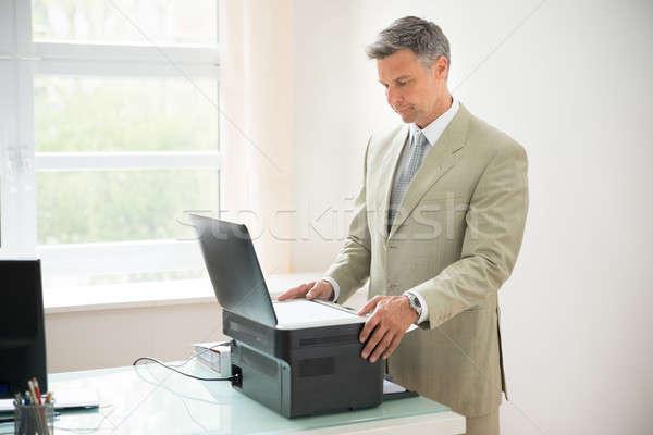 üzletember gép iroda papír férfiak öltöny Stock fotó © AndreyPopov