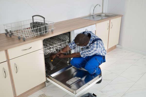 Tamir bulaşık makinesi mutfak genç Afrika Stok fotoğraf © AndreyPopov