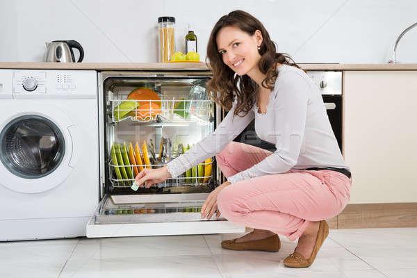 Mulher detergente comprimido lava-louças feliz casa Foto stock © AndreyPopov