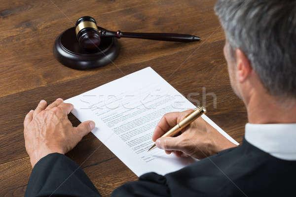Richter schriftlich Papier Gerichtssaal Rückansicht Tabelle Stock foto © AndreyPopov
