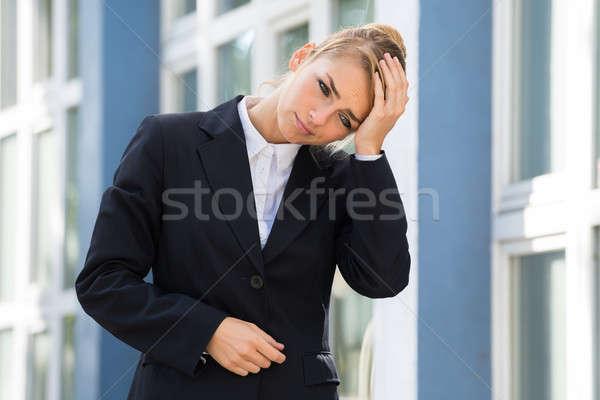 Triest zakenvrouw aanraken hoofd gebouwen jonge Stockfoto © AndreyPopov