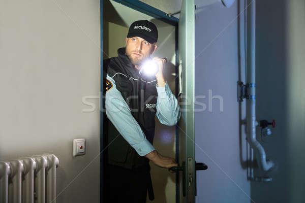 Guardia de seguridad búsqueda habitación masculina jóvenes Foto stock © AndreyPopov