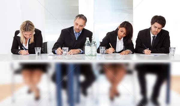 ビジネスの方々  メモを取る 会議 グループ ビジネス 手 ストックフォト © AndreyPopov