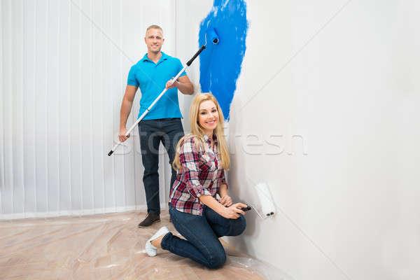 Fiatal pér zihálás fal boldog otthon ház Stock fotó © AndreyPopov