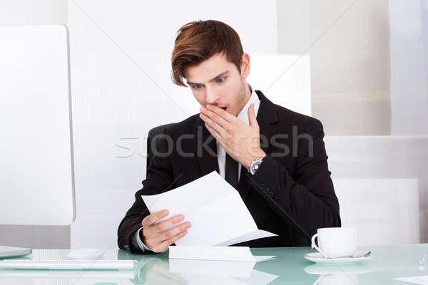 Stock fotó: Megrémült · férfi · tart · papír · üzletember · kéz