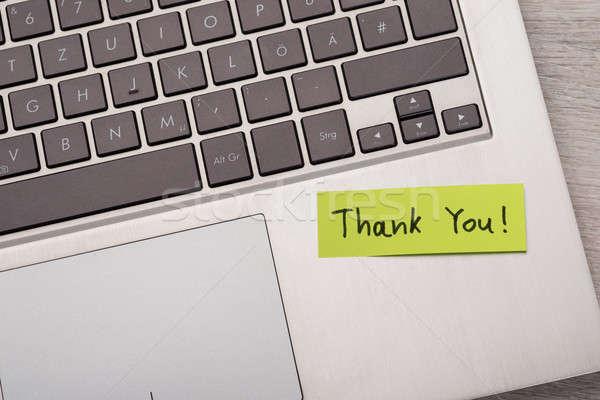 Nota adhesiva portátil primer plano mensaje ordenador Foto stock © AndreyPopov