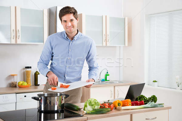 Hombre cocina jóvenes hombre guapo casa Foto stock © AndreyPopov
