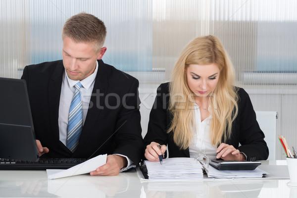 Geschäftsleute Papierkram Schreibtisch Büro jungen Geschäftsmann Stock foto © AndreyPopov