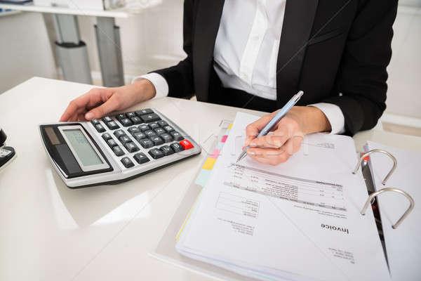 Imprenditrice finanziaria calcolo desk view Foto d'archivio © AndreyPopov