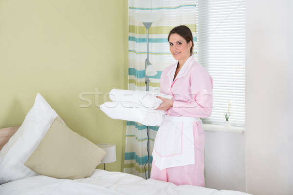 Feminino governanta toalhas jovem dobrado Foto stock © AndreyPopov